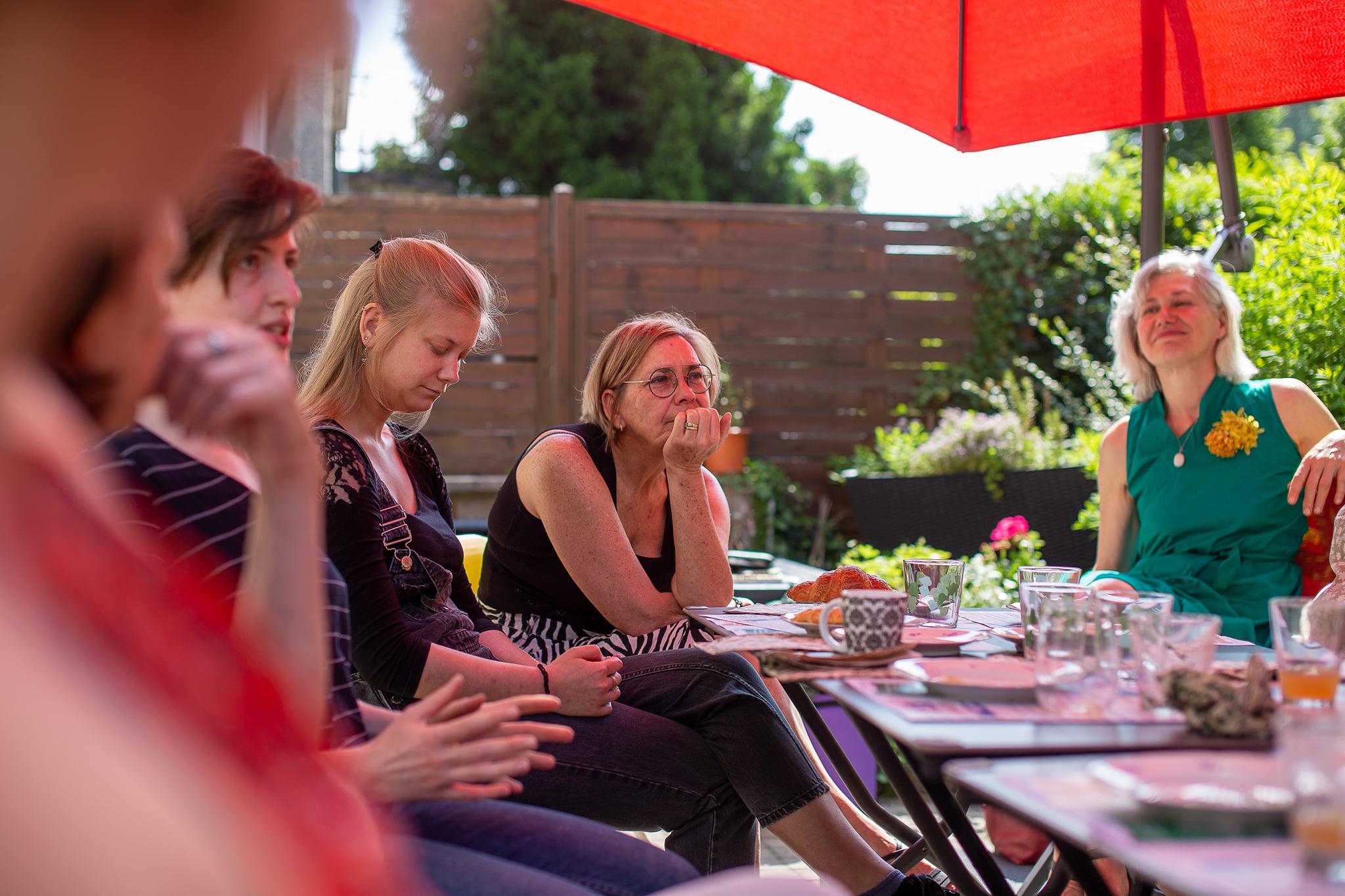 auditoire attentif Pauline, Zoé, Muriel et Martine